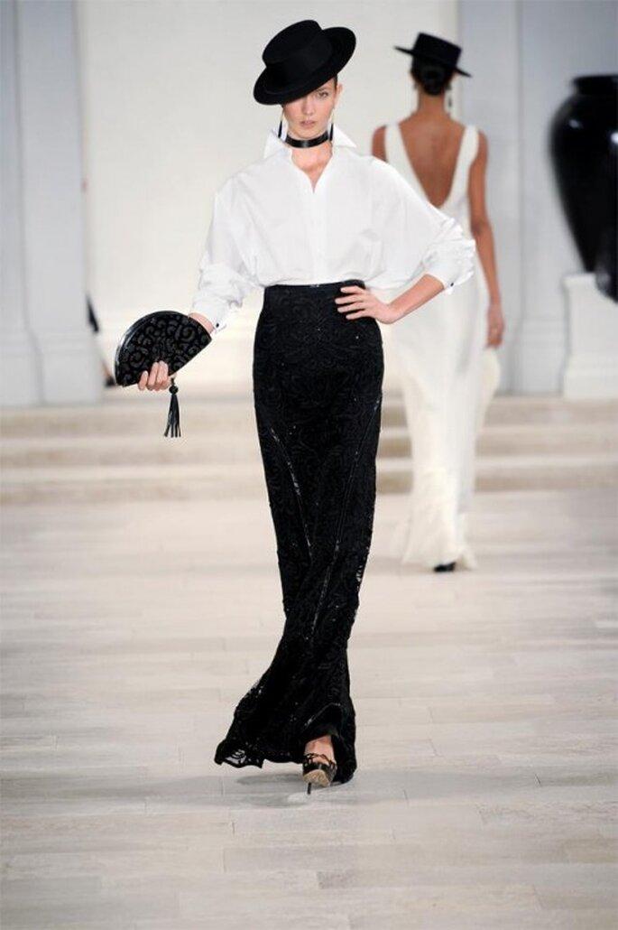 Falda larga con destellos metálicos en color negro y camisa blanca holgada y corte clásico - Foto Ralph Lauren