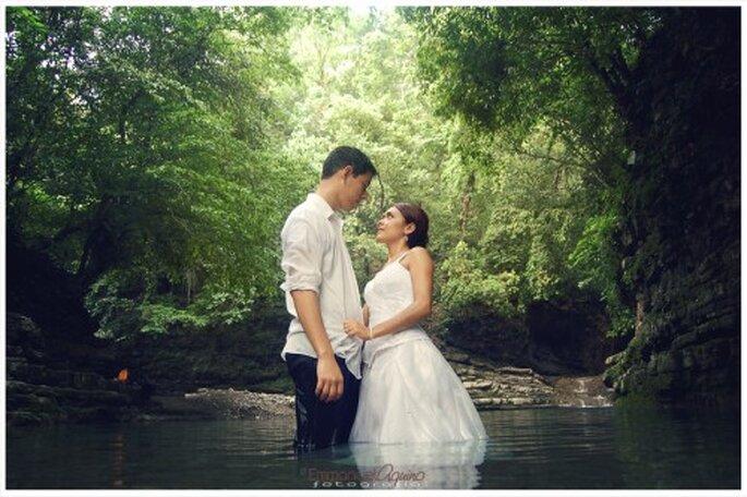 Pareja de recien casados sumergidos en una poza - Foto Emmanuel Aquino