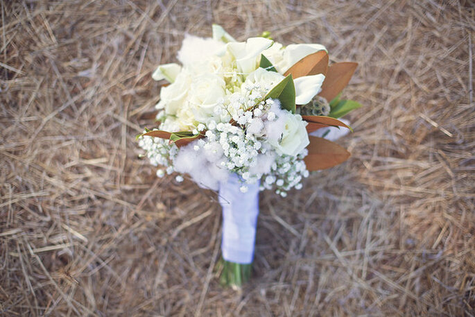 Ramo de novia blanco con follaje. Foto: B&E Photographs