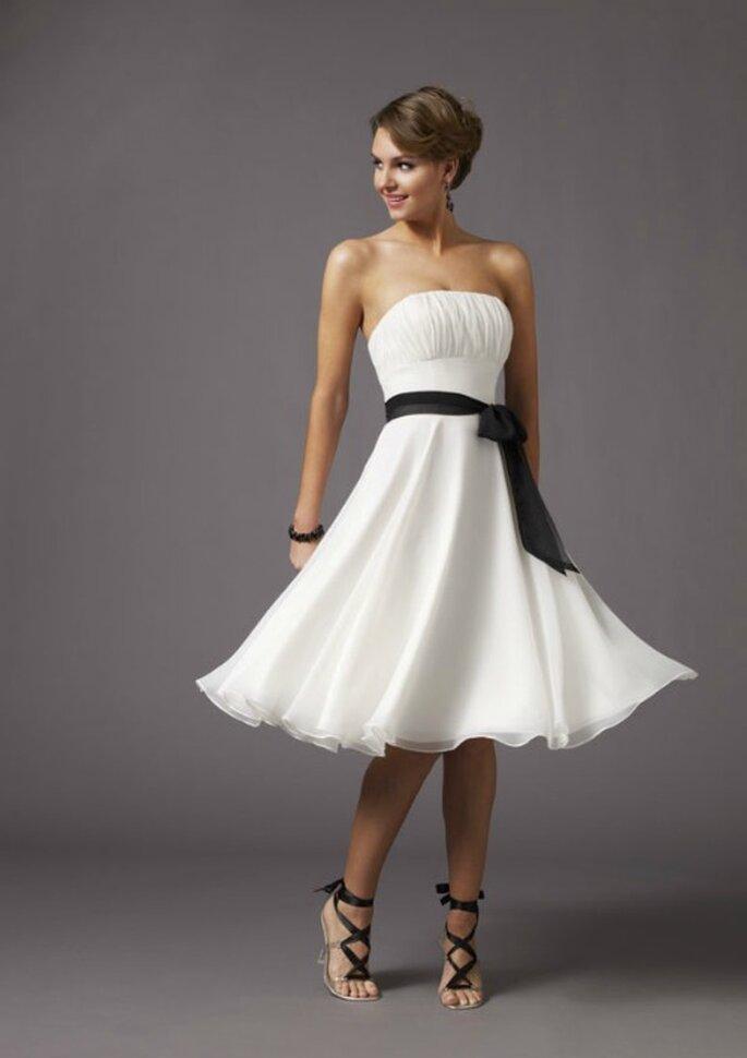 Abito bianco con cintura nera in contrasto. Foto www.morilee.com