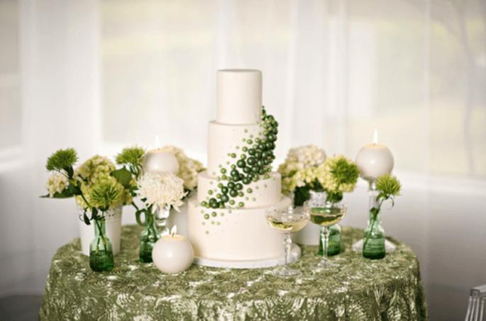 Centros de mesa y pastel con detalles en color verde esmeralda - Foto Kristen Weaver Photography