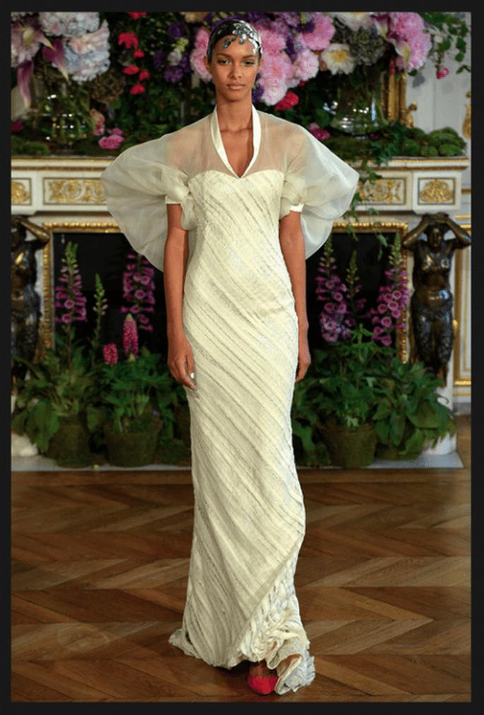 Vestido de novia alta costura en color blanc con mangas bombachas, escote ilusión y silueta con caída elegante - Foto Alexis Mabille