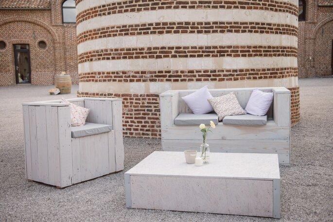 """Photo : Trentieme Etage. Les Demoiselles de Madame : espace """"Lounge  recup'"""" pour structurer les extérieurs."""