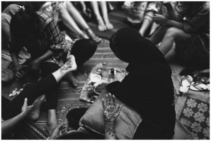Mehdi o pintar con henna a la novia. Fotografía Roberto y María