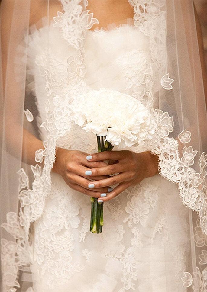 Robe de mariée et ongles bleus, Oscar de la Renta 2013. Photo: Nathan Kraxberger