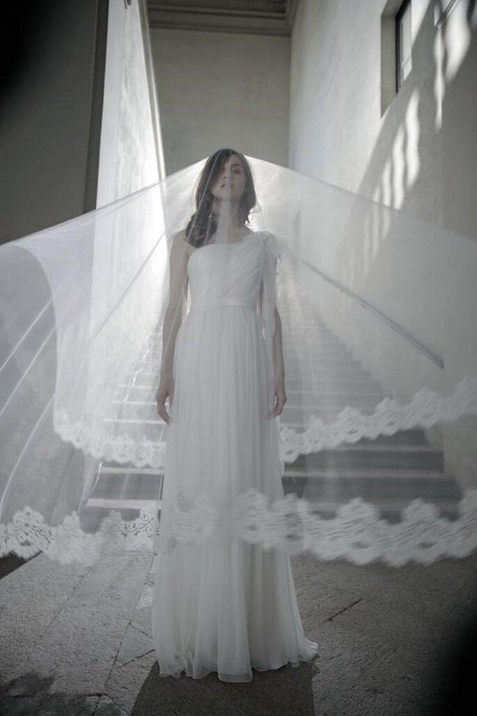 Vestido de novia 2014 con silueta de inspiración greco-romana y velo largo a juego - Foto Alberta Ferretti