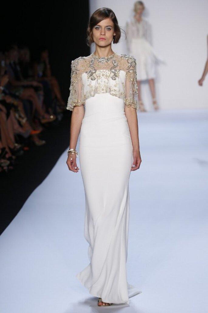Vestido de novia 2014 en color blanco con silueta columna y capa de aplicaciones - Foto Badgley Mischka
