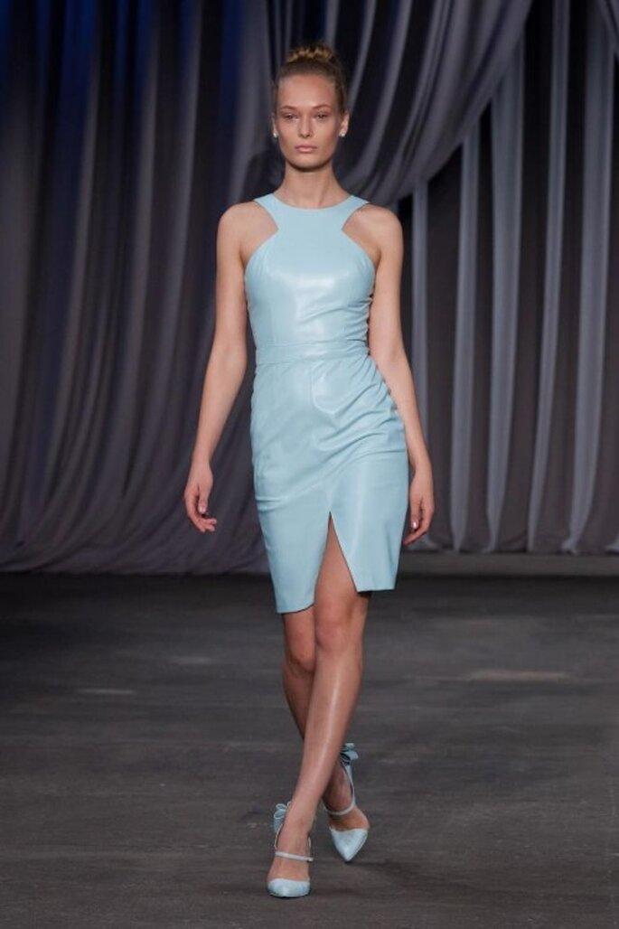 Vestido de fiesta corto en color azul cielo con escote asimétrico - Foto Christian Siriano
