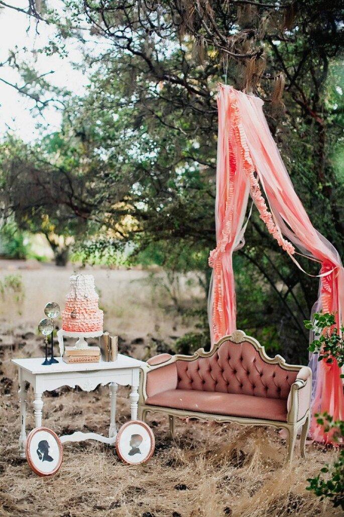 Decoración de boda al aire libre con detalles color rose gold - Foto Tinywater photography