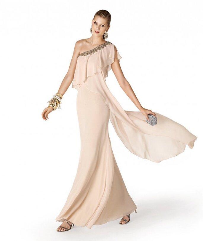 Vestido de fiesta para damas de boda en color nude con escote asimétrico - Foto La Sposa