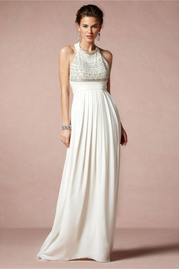vestido de novia 2014 en color blanco con cuello cerrado, hombros descubiertos y caída elegante en la falda - Foto BHLDN
