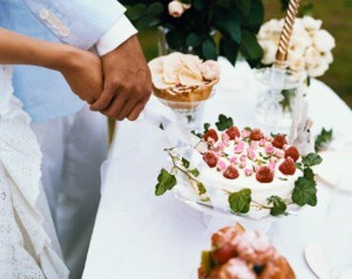 El momento de cortar el pastel de bodas