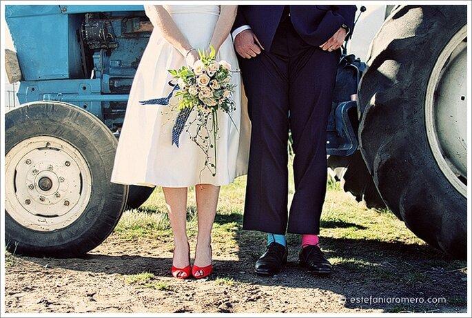 La entrada de la novia en un carro clásico o antiguo es justo la manera de comenzar tu boda vintage. Foto de Estefania Romero.