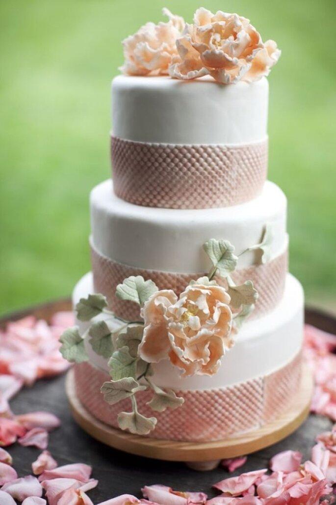 Pastel de boda blanco con decoraciones de cintillas y flores en tonos pastel