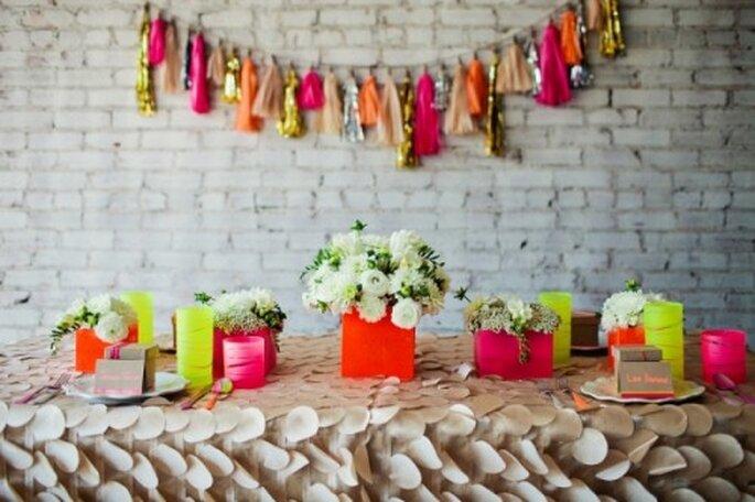 Decoración de boda en tonos neon - Foto Amanda Watson en Ruffled
