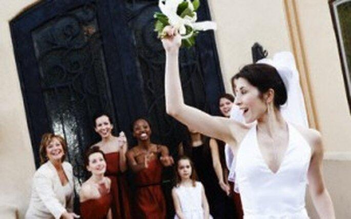 Una novia lanzando su ramo