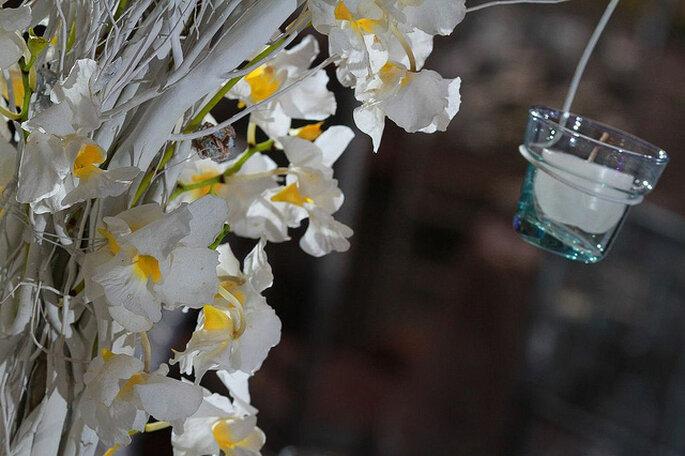 Combiner fleurs naturelles avec des accessoires pour la decoration: une idée originale pour votre mariage. Photo: Rocha Fotografía