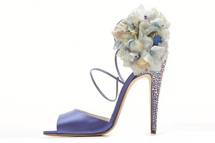 Zapatos de novia en color lila con cristales y flores - Foto Brian Atwood