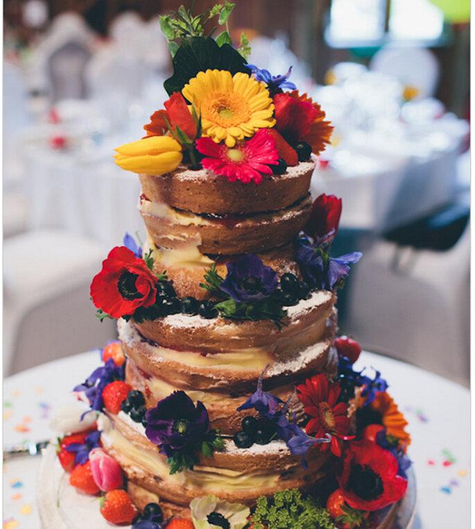 Nakes Cake decorado con flores coloridas y frutas de temporada. Foto: We heart pictures