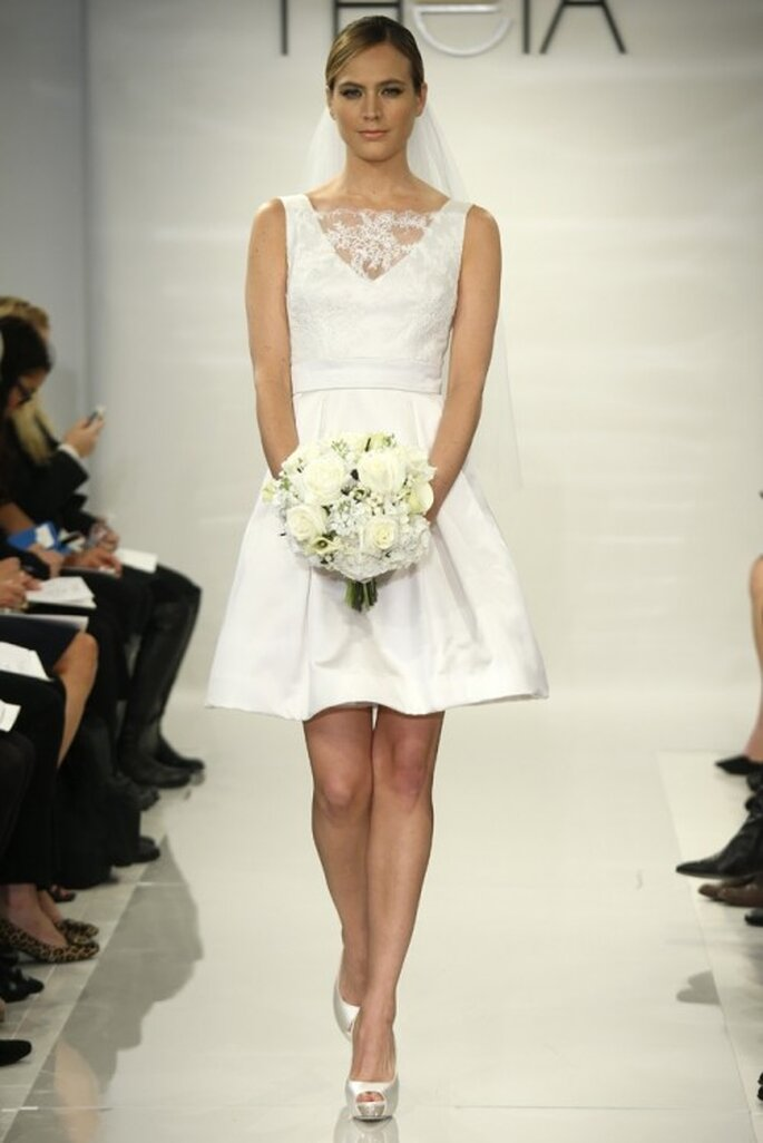 Vestido de novia corto con tirantes gruesos, cuello uve con encaje y falda en corte A - Foto Theia
