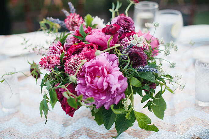 Majestuosos centros de mesas con grandes arreglos florales. Foto: Harmony Loves