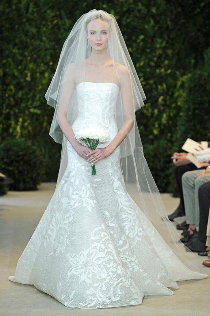 Vestido de novia con escote strapless y falda con detalles pintados a mano - Foto carolina Herrera