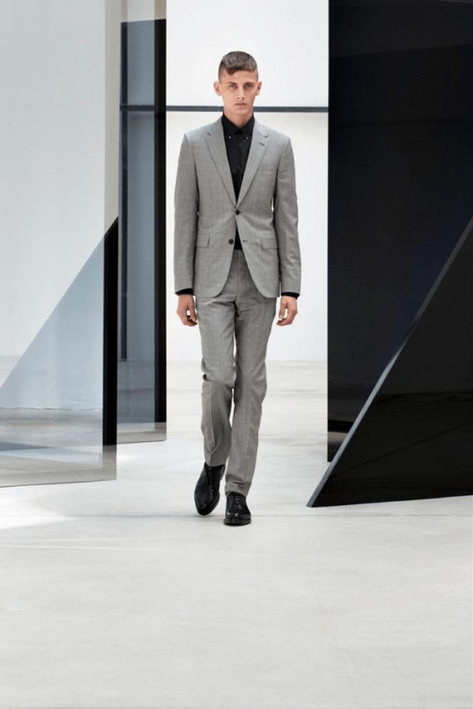 Traje para novio 2014 en color gris con camisa en color negro a juego - Foto Balenciaga