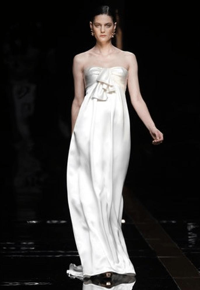 Inspiración greco-romana para este vestido de seda con escote de corazón y un gran lazo - Fotografías: Rosa Clará