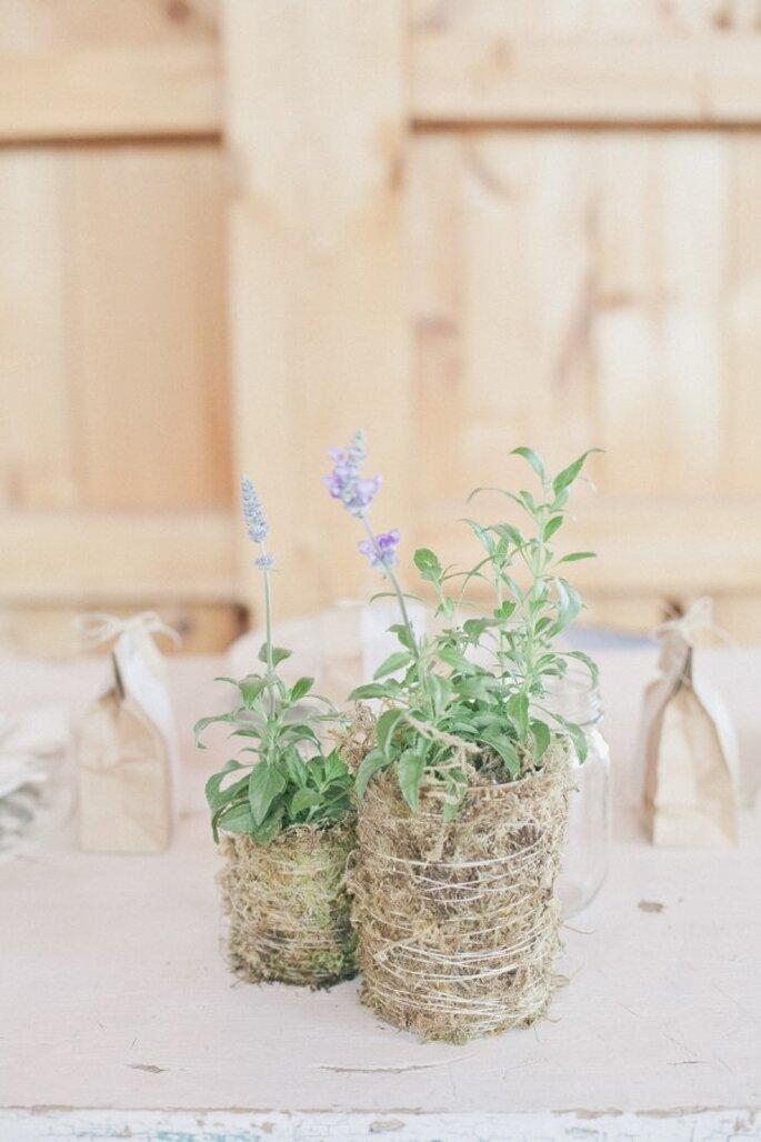Los acabdos de yute y en elnfoque en el color verde serán geniales para tu boda ecofriendly - Foto Onelove Photography