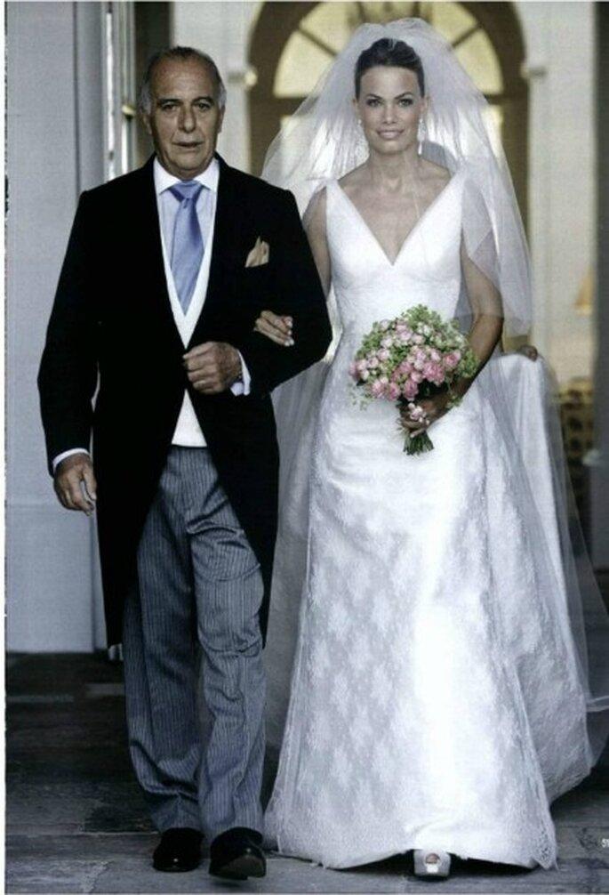 Carla Goyanes junto a su padre con vestido de novia de Rosa Clará - Revista Hola