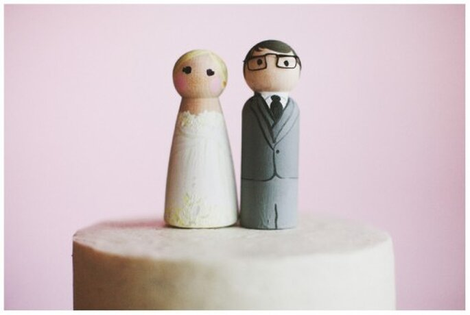 Cake toppers estilo vintage para el pastel de bodas - Foto Stacy Reeves