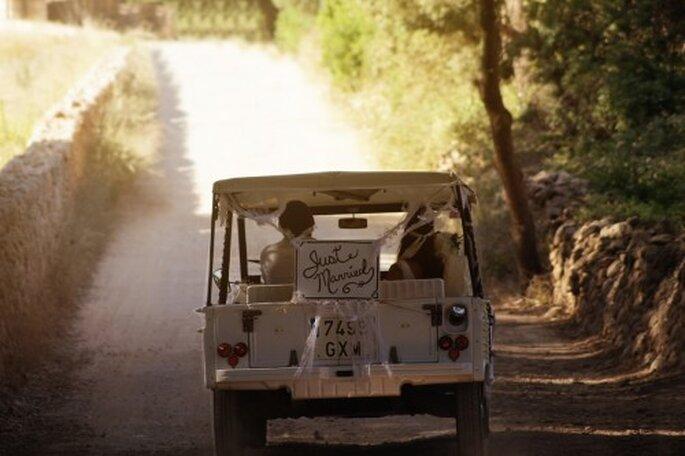 Los novios se van en su coche de boda. Foto: Katerina Cladera