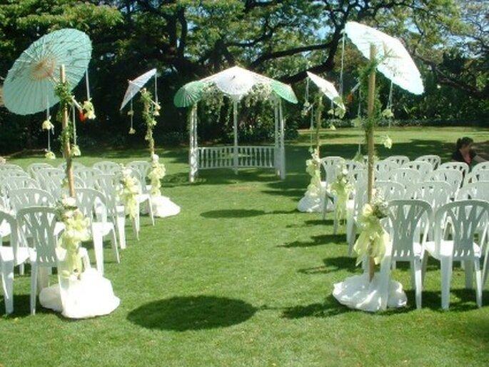 Pensar en carpas protectoras del sol cuando el clima es sofocante para las bodas a la intemperie.
