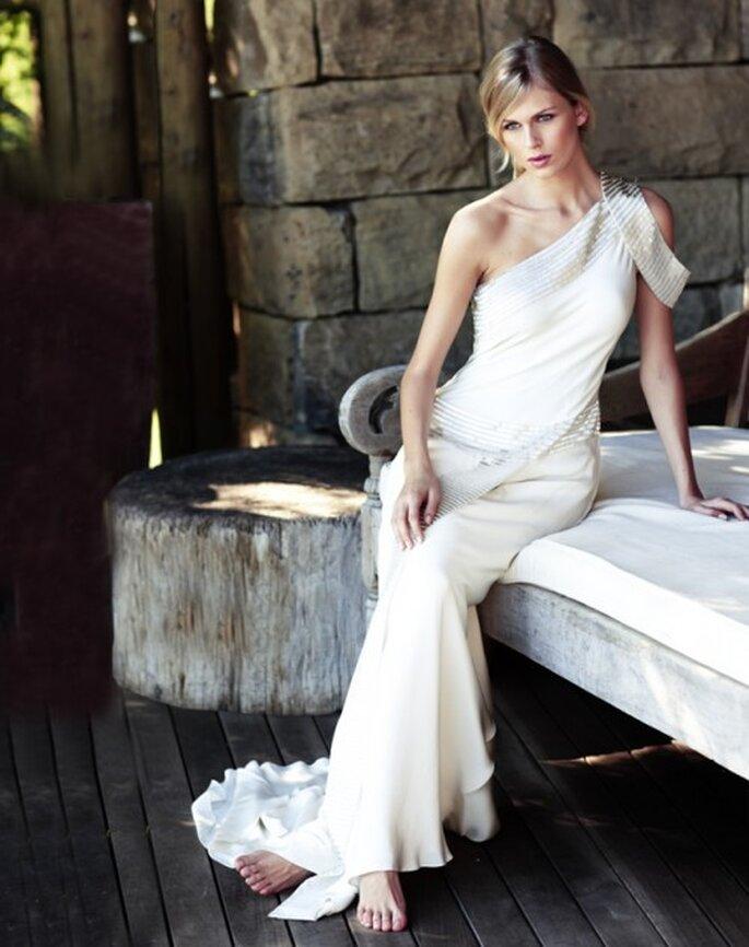 Vestido de novia con detalles en un hombro - Foto Amanda Wakeley