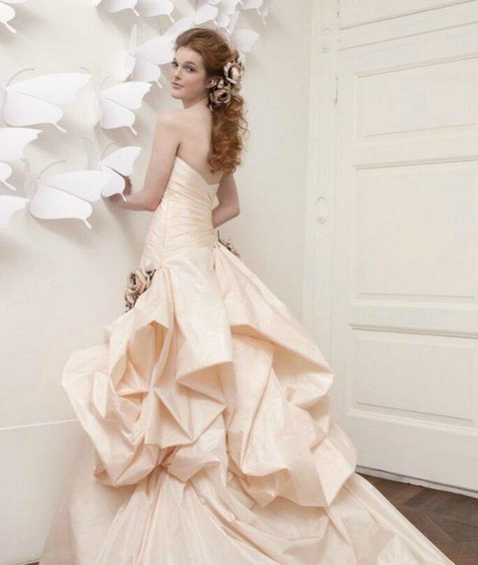 Robe de mariée rose orangée avec un ravissant drapé. Atelier Aimèe Montenapoleone pré-collection 2013. Photo www.aimee.it