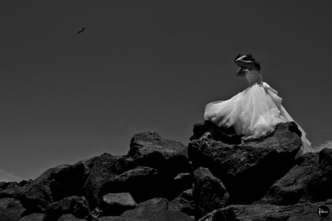 Martha luciendo su vestido de novia en la sesión de fotos Trash the Dress - Foto Flaii