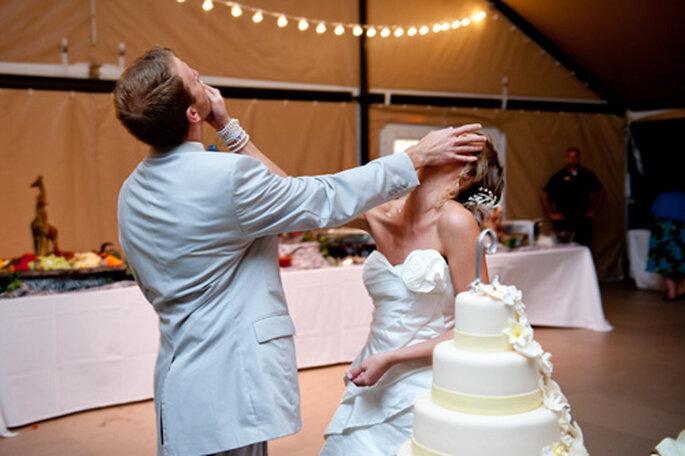 Découper le gâteau de mariage. Photo : MomentJunkie.com