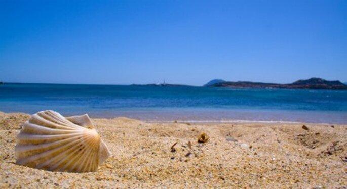 Vista desde la arena de una playa de Cerdeña