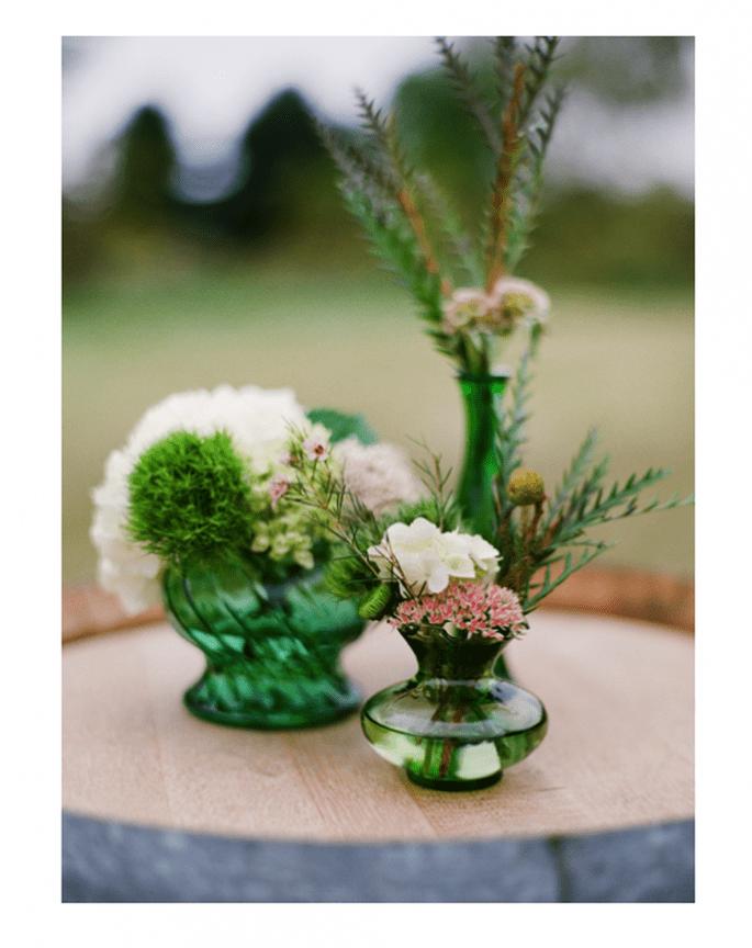 Centros de mesa con frascos en color verde esmeralda - Foto Kelli Hunt Photography