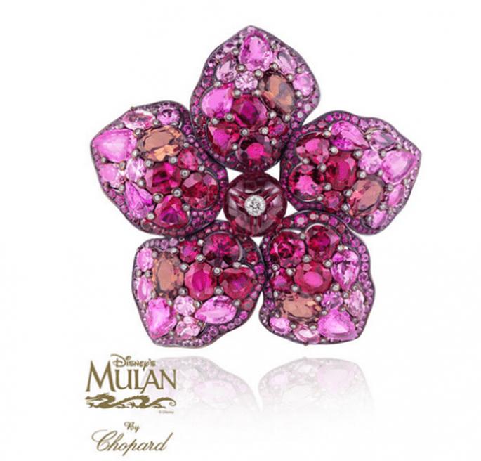 Prendedor para novia hecho de piedras preciosas en colores rosados con inspiración en Mulan - Foto Chopard