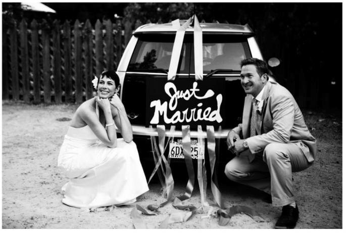 Decoraciones originales para el coche de los novios - Foto Gia Canali Photography