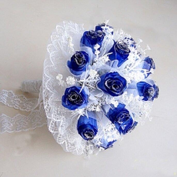 Originalité assurée avec ce bouquet rond et ces fleurs bleues...