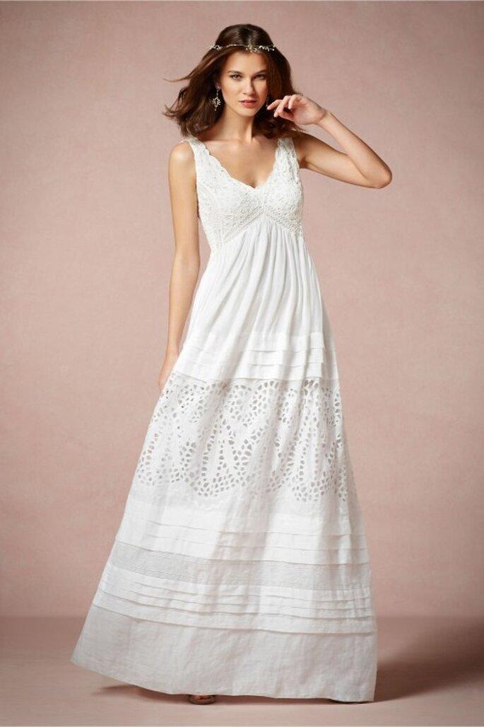 Vestido de novia en color blanco con tirantes gruesos, escote en V y textura calada - Foto BHLDN