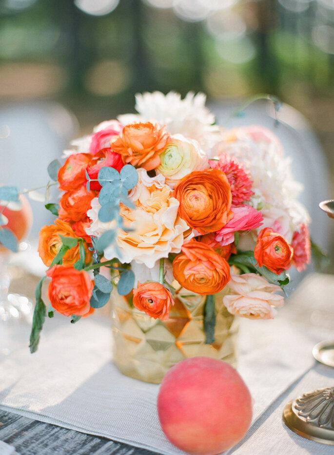 Majestuosos centros de mesas con grandes arreglos florales. Foto: Justin DeMutiis Photography
