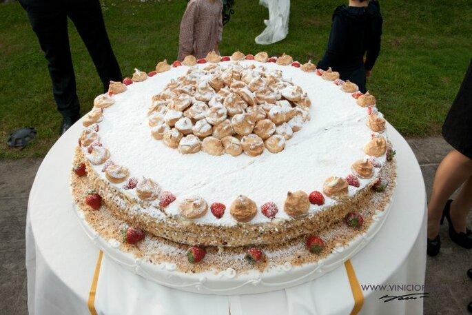 La torta nuziale: una deliziosa millefoglie con chantilly vegan e fragole. Foto courtesy: gli sposi