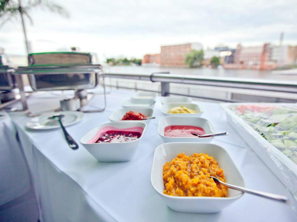 Beispiel: Buffet mit Spreeblick, Foto: Capitol Yard Golf Lounge.