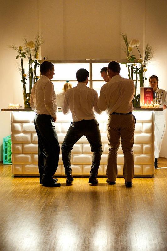 Beispiel: Gute Stimmung an der Bar, Foto: the wedding planner.