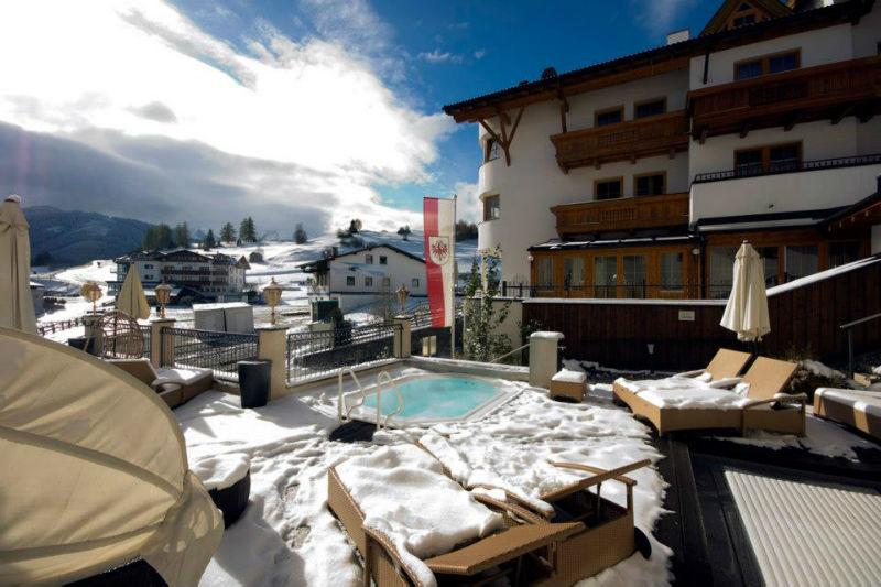 Beispiel: Hotelterrasse mit Pool, Foto: Alpen-Herz.