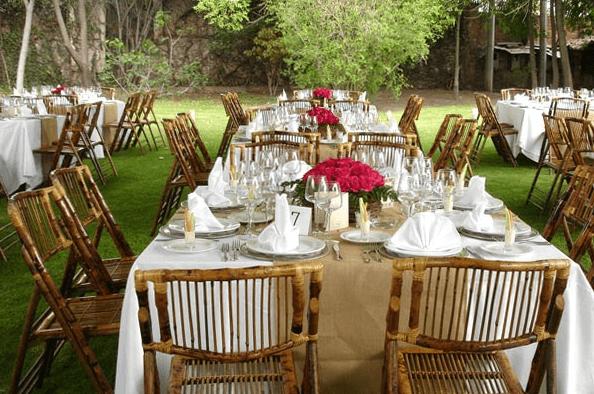 Montaje de boda al aire libre con diseño elegante y clásico - Foto Paladares