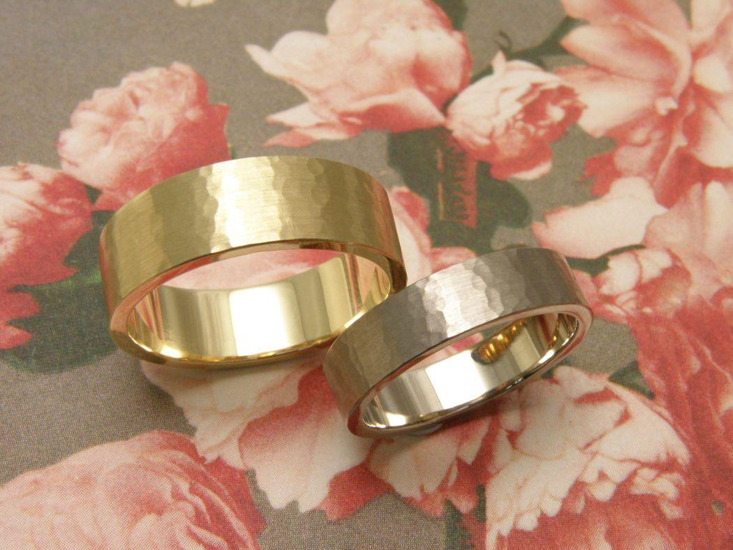 * witgouden vlakke ring met fijne hamerslag  * geelgouden brede vlakke ring met fijne hamerslag  * trouwringen uit het Oogst atelier